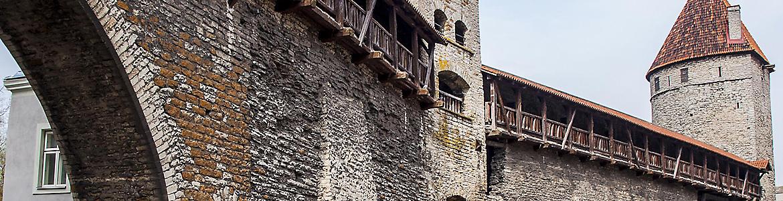Jalutuskäik mööda kindluse müüri.